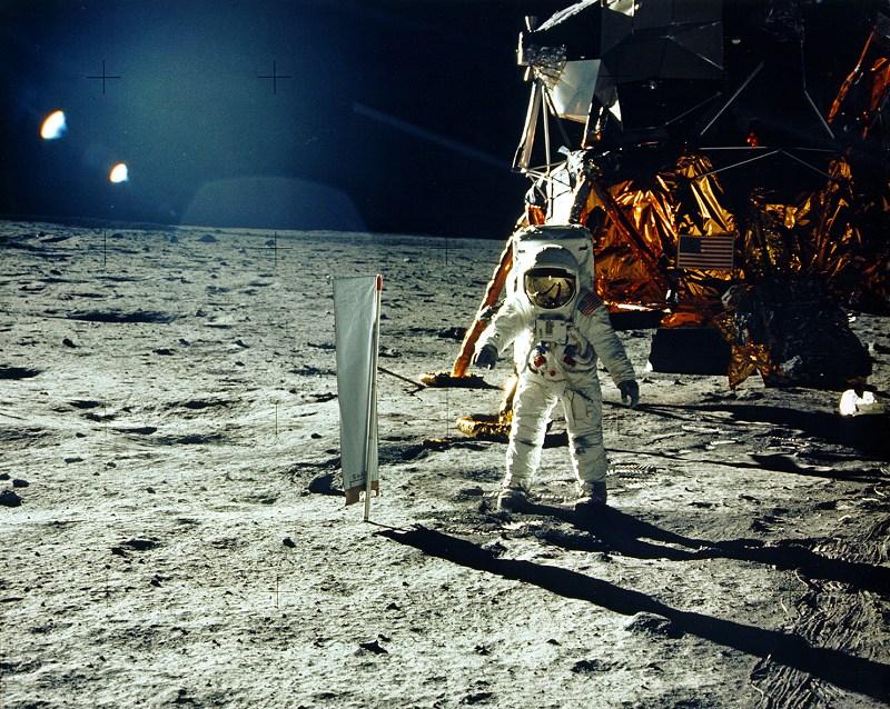 Astronauten Buzz Aldrin står på månen framförmånlandaren. fotograferad av Neil Armstrong (NASA History Office).