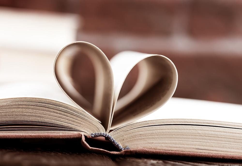 Foto på en gammal bok med två sidor vikta mot mitten i form av ett hjärta