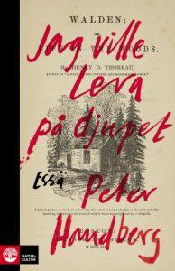 """Bokomslag röd text """"jag ville leva på djupet Peter Handberg"""" ovanpå ett gammat bokomslag av boken Walden"""
