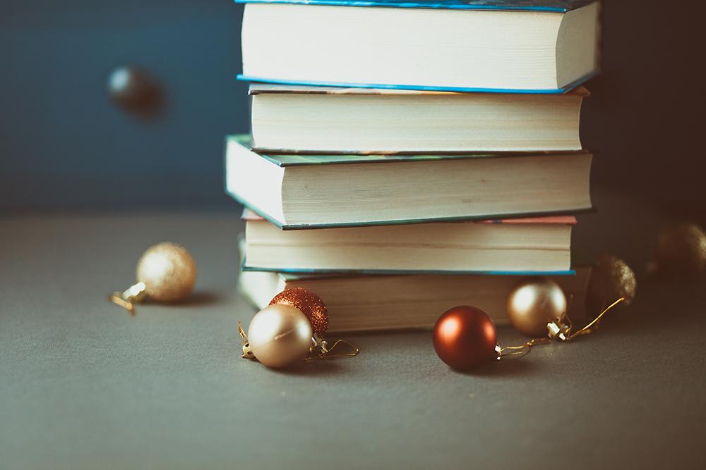 Foto på böcker i hög med julkulor